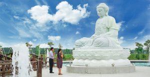 Tượng Phật Thích ca Mâu Ni trong nghĩa trang Sài Gòn