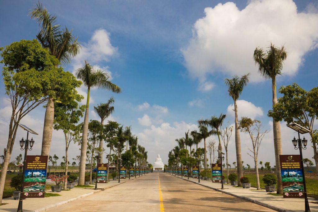 Đại lộ Bình An là trục đường dẫn đến trung tâm Hoa viên