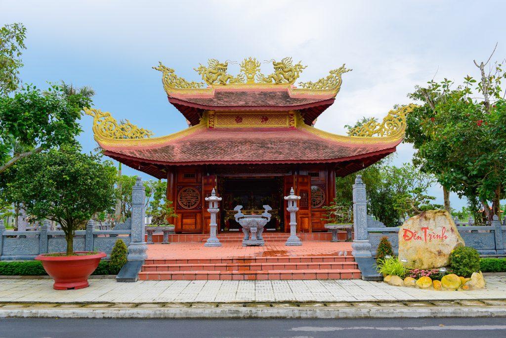Đền Trình là nơi khách viếng có thể thắp nhang tạ ơn vị thần cai quản nơi đây
