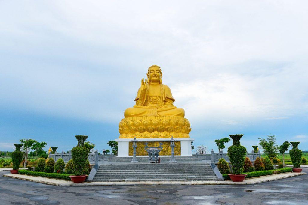 Tượng Phật Thích Ca cao 18m đặt trong khuôn viên Hoa viên